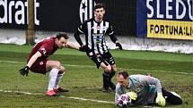 Fotbalisté Dynama minule doma hráli se Spartou 0:0 (na snímku Jaroslav Drobný za asistence Lukáše Havla zasahuje před Liborem Kozákem), uspějí v neděli s Brnem?
