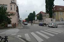 Mánesovu ulici v Českých Budějovicích (na snímku křižovatka s Dukelskou ulicí) chce Jihočeský kraj v roce 2019 modernizovat a zřídit další světelně řízené přechody.