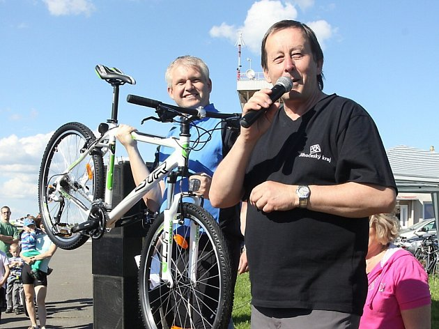 MĚSTO Jindřichův Hradec cyklistům fandí. Na snímku starosta Stanislav Mrvka (vpravo) a místostarosta Bohumil Komínek.