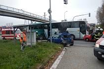 Nehoda tří osobních automobilů a autobusu v Českých Budějovicích.