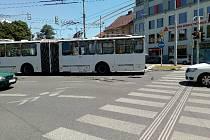 Dva cestující MHD se lehce zranili při úterní nehodě trolejbusu, jemuž nedalo v jízdě přednost osobní auto.
