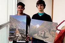 Velkoformátové snímky ukazující přírodní krásy a jiné zajímavosti z Nepálu si bude možné v úterý koupit při akci ve studentském kostele Svaté rodiny. Na fotografii drží obrázky spolupořadatelé akce Puran Rayamajhi (vlevo) a Ivan Matejić.