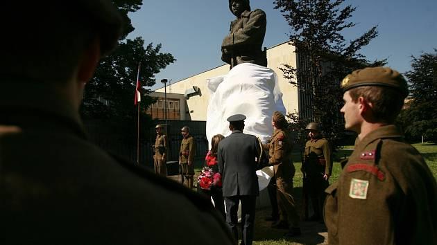 Slavnostní odhalení pomníku, který má v Českých Budějovicích připomínat bitvu u ukrajinského Zborova. Voják na stráži měl pohnutý osud a na veřejný prostor se vrací po třetí. Poprvé byl odstraněn v březnu 1939 a pak neust