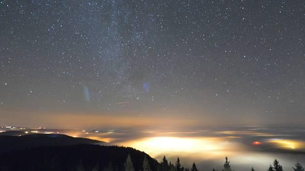 Svědky kouzelné scenérie byli navštěvníci Libínské rozheldny o půlnoci 2013/2014. Inverzní mlhy nabízely zajímavou podívanou při novoročních ohňostrojích.