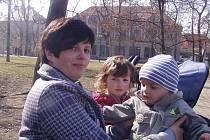 Petra Gebrová s dětmi, na které teď dostane méně peněz.