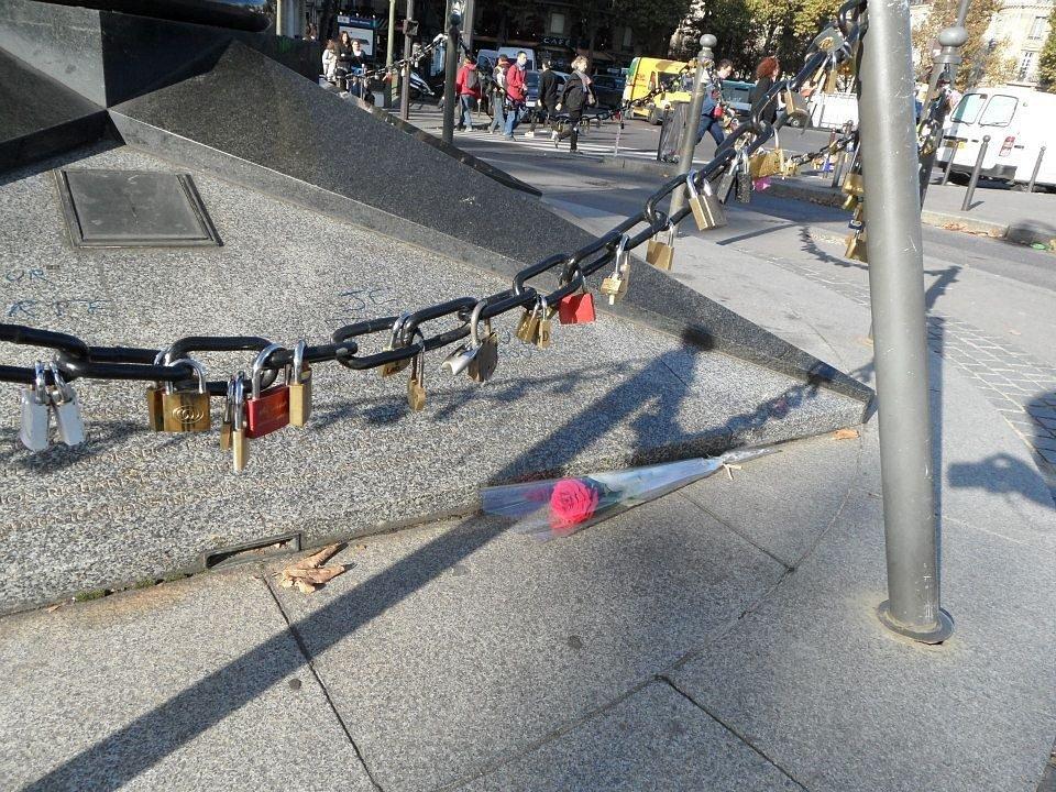 Po smrti princezny Diany v tunelu Alma, který prochází pod náměstím, se stal Plamen svobody neoficiálním památníkem.