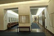 Místo, které je prý frekventované jako Václavské náměstí. Momentálně je však prázdné. Je čtvrtek dva dny před volbami a politici jsou na kampaních. Vlevo dveře do oné síně Poslanecké sněmovny, z níž jsou kvůli rekonstrukci vpravo vynesené židle. Noví posl