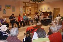 Setkání s hudbou si užívají senioři užívají pravidelně.