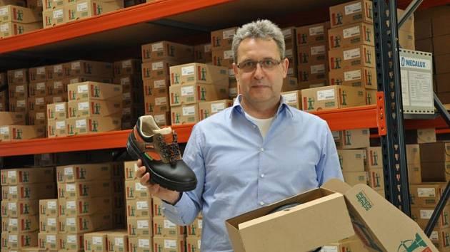 Pan Schützenegger má své boty zase zpátky.