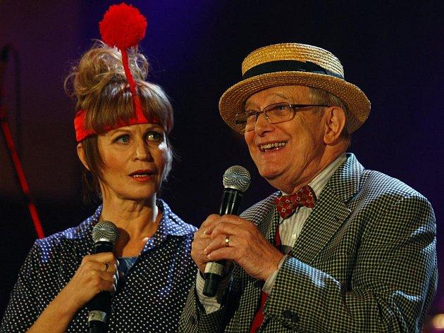 Autorem muzikálu Kytice je Jiří Suchý. Napsal ho po úspěchu Svatební košile, které bylo jen intermezzem muzikálu Čarodějky. Na snímku s Jitkou Molavcovou při oslavách 50 let Semaforu.