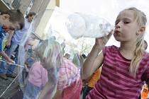 Hrátky s bublinami si v pátek užívaly děti před DK Metropol.