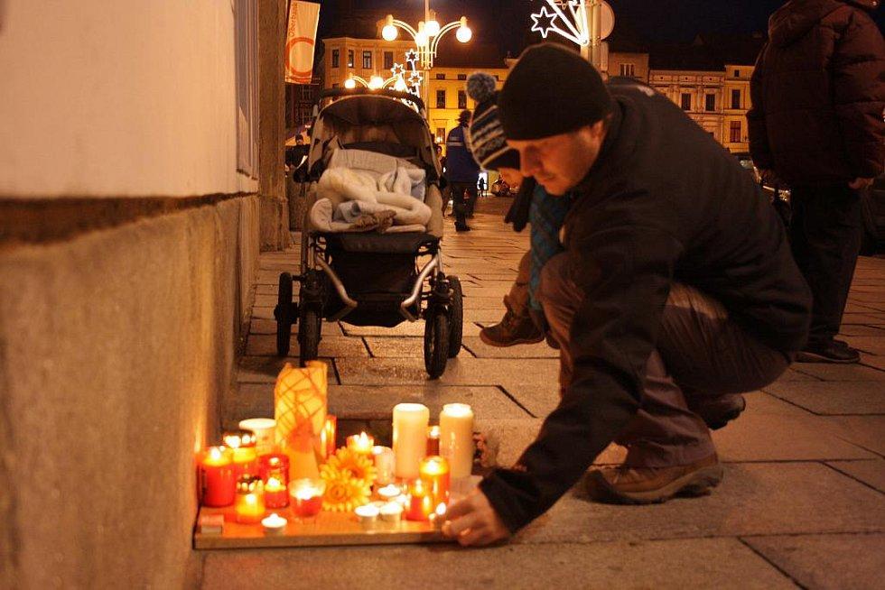 Lidé již zapalují svíčky u radnice na náměstí Přemysla Otakara II.