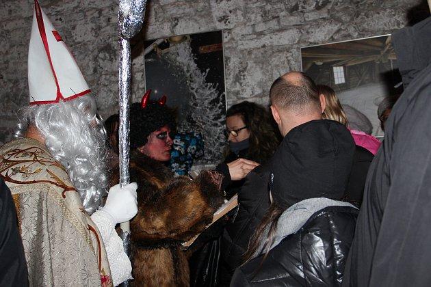 Komentované prohlídky si o první adventní neděli užilo v českobudějovické Vodárenské věži mnoho zájemců. Další program připravují pracovníci společnosti Čevak i na zbylé sváteční neděle.