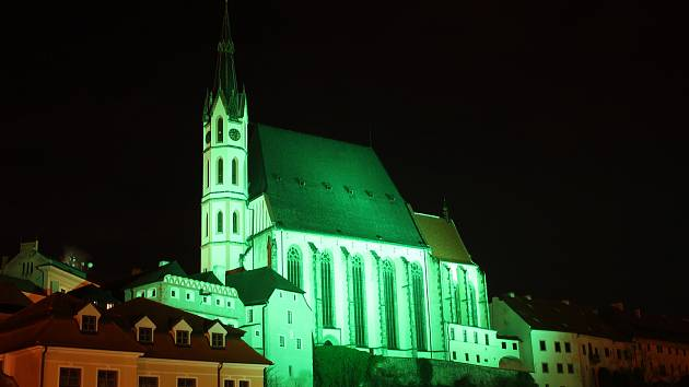 Zeleně v pátek svítil chrám sv. Víta v Českém Krumlově.