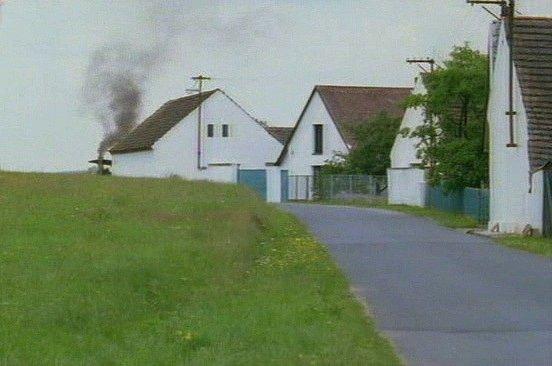 Domková zástavba vosadě Žďárské Chalupy. Na prvním snímku válec přijíždí a silně kouří zkomína.