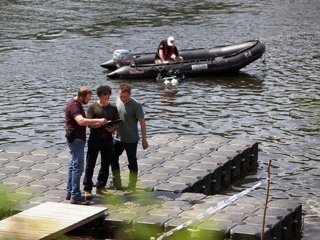Herci točili oblíbený krimi seriál na člunu i na mole.