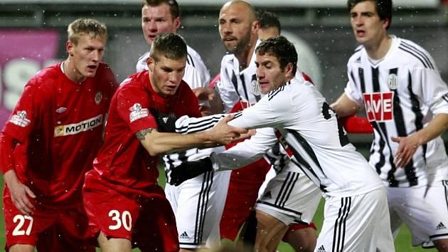 Hrajr Mchojan (druhý zprava) sice dal v první půli zápasu Dynama s Brnem vedoucí gól Jihočechů, nakonec ale zápas skončil 1:1.