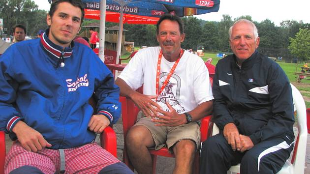 Zástupci slavné Major League Baseball sledují v těchto dnech ME žáků v Hluboké nad Vltavou.  Jimu Fullerovi (vpravo) a Billu Persymu se věnoval prezident hlubockého baseballového klubu David Šťastný (vlevo).
