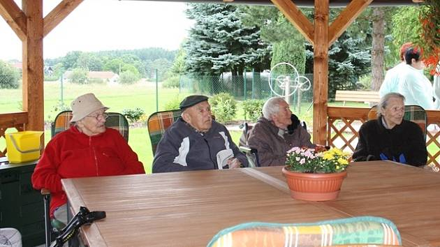 Zastřešený altán nabízí  dostatečný prostor pro společná posezení, letní kulturní akce či oslavy.