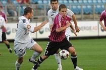 Petr Benát v nedělním utkání I. ligy, ve kterém Dynamo hrálo se Slováckem doma jen 0:0, uniká hostujícímu Randovi.