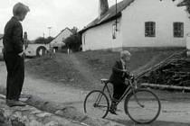 Záběr z filmu Králíci ve vysoké trávě. Na kolech si malí herci ve filmu užili. Vzpomíná na to i Michael Koblic (vlevo), dnes  kardiolog v kanadské provincii Britská Kolumbie. Na snímku jede kamarád–nepřítel Kovajs (Josef Šrajer).