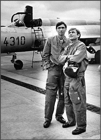 Nadřízeným mladého pilota byl mjr. Levý vpodání herce Ladislava Mrkvičky (vpravo).