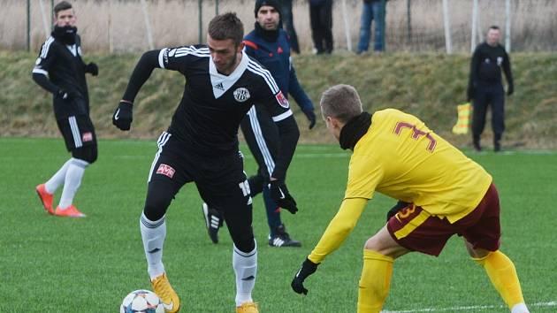 MIlan Jurdík, jenž na snímku z duelu Dynama s juniory Sparty obchází Piška, ve Welsu dvěma góly pomohl Dynamu k výhře 4:2 s Linzer ASK.