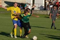 Obránce Michal Šonka se při své premiéře ve žlutém dresu Březnice snaží přerušit akci SK Větrovy (2:4).