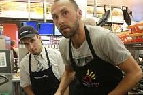 Roman Lengyel při charitativní akci v budějovickém McDonaldu.