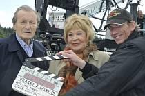 Režisér Jiří Strach (vpravo) uvede 13. dubna projekci své komedie Vrásky z lásky v budějovickém multikině CineStar. Promítá se od 19 hodin, hlavní role vytvořili Radek Brzobohatý a Jiřina Bohdalová.