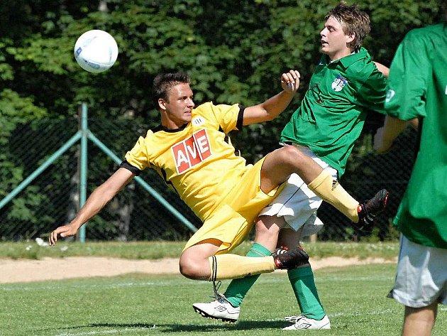 Tomáš Vokatý (vlevo) na turnaji v Kamenici v duelu juniorky Dynama s Kamenicí (7:0) bojuje s domácím Pelcem.