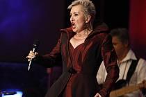 HVĚZDA V KAPLICI. Eva Urbanová, která pravidelně vystupuje na slavných světových operních scénách, zazpívá tuto neděli v Kaplici na Českokrumlovsku. Na klavír ji v doprovodí David Švec.