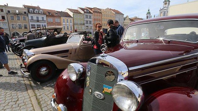 Nablýskaným veteránům mávali lidé na Českobudějovicku při jubilejní rallye