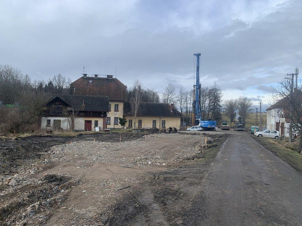 Stavba nového mostu v Trocnově u nádraží. Trocnov je osadou Borovan.