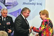 Hejtmanka Jihočeského kraje Ivana Stráská a ředitel HZS Jihočeského kraje Lubomír Bureš ocenili Davida Slepičku za záchranu života mladého chlapce.