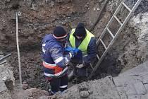 Oprava havárie vodovodu v Žižkově třídě včera zasáhla i do frekventované křižovatky.