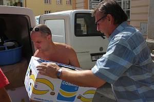 Roman Tlapák (vpravo) předal nádobí lidem postiženým povodněmi na severu Čech.