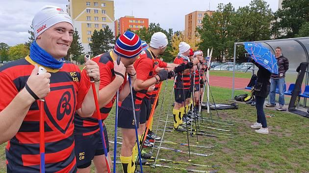Hráči RC České Budějovice jsou vtipní a mají dobrou partu. Na natáčení s Kateřinou Neumannovou dorazili na lyžích