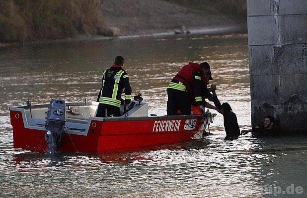 Uprchlíky z řeky zachránili hasiči.