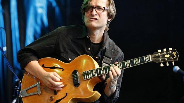 Jazzový kytarista Rudy Linka (na snímku) se rozhádal se svým dlouholetým spolupracovníkem Janem Nedvědem z firmy Mane. Soud nyní řeší spor o ochrannou známku.