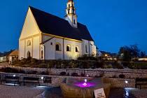 Městys Ševětín. Kostel sv. Mikuláše, v popředí upomínka na básníka Šimona Lomnického.