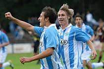 Pavel Novák stíhá Vukadina Vukadinoviče, aby mu mohl poblahopřát k jeho vedoucímu gólu v poháru s pražskou Duklou.