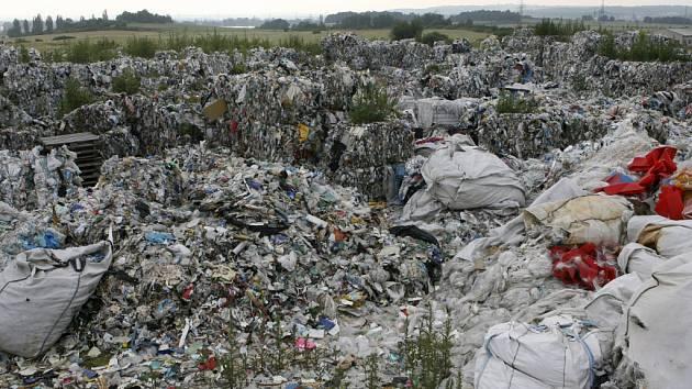 Skládka starých textilií, koberců a plastů u obce Hůry je volně přístupná a nebezpečná hlavně pro děti.