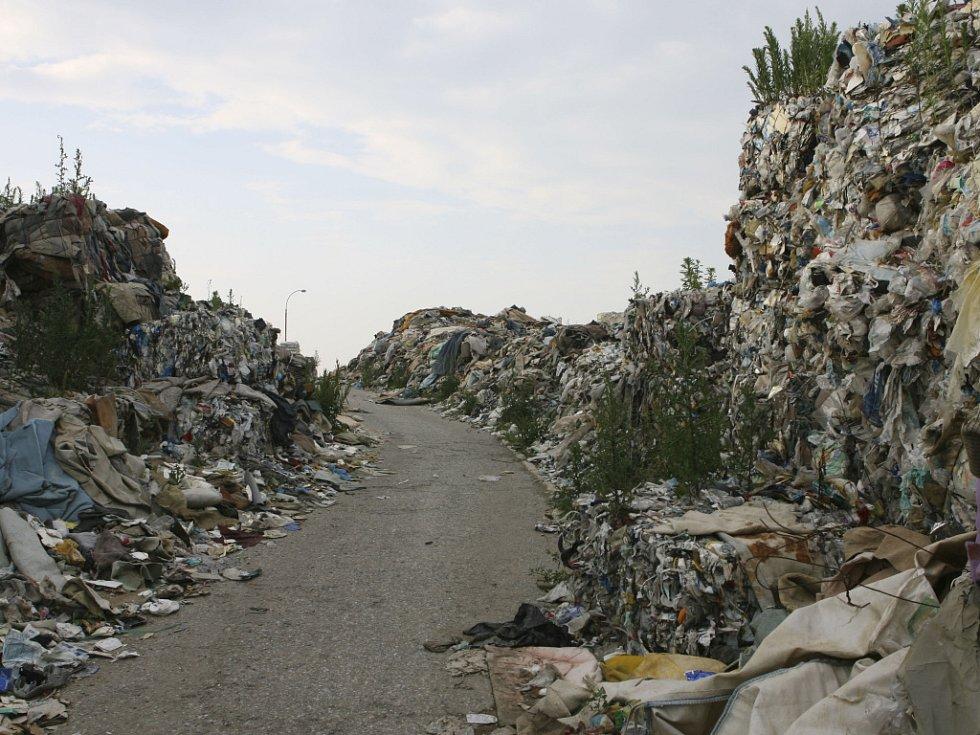 Skládka starých textilií, koberců a plastů u obce Hůry je volně přístupná a před prázdninami nebezpečná hlavně pro děti.