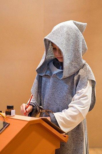 Písecká Sladovna nabízí novou výstavu Stroj času. Děti přenese do pravěku, antického Říma, za Kelty, do středověku, renesance i 19. a 20. století. Výstava potrvá do 26. dubna 2015. Na snímku jedno z dětí jako kněz v gotice.