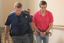Milan Šlenc stojí před soudem kvůli nespláceným dluhům a údajnému okrádání zákazníků ve své prodejně elektrokol. Přečtení desítek bodů obžaloby trvalo státní zástupkyni skoro hodinu.