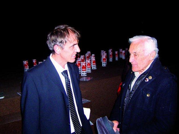 Karel Strachota s Milanem Paumerem, který utekl v 50. letech do Západního Berlína a teď beseduje se studenty.