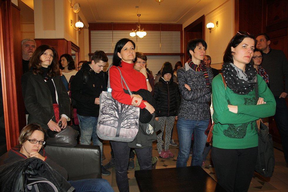 Veřejné setkání s občany zahájilo představení školních prací, v nichž žáci a studenti zobrazili své nápady i to, co se jim nelíbí.