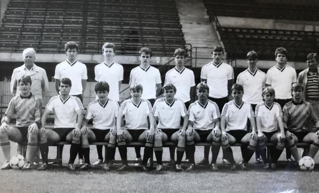 Na fotce je ligový dorost Dynama před odjezdem na první možný mládežnický turnaj vzahraničí, což byla Francie. Bylo to vroce 1987a ten turnaj jsme vyhráli. Super zážitek a také skvělá parta fotbalistů. Dodnes je na co vzpomínat.