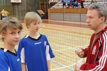 Trenér Dynama Žikeš se žáky na turnaji v Tachově
